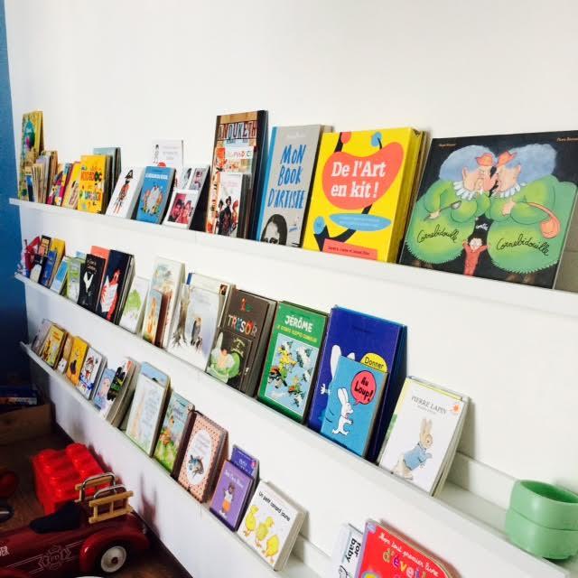 Voilà la fameuse bibliothèque que Magnus a créée pour les minus. Ce sont de simples étagères Ikea fixées au mur.